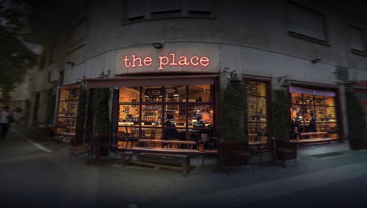 """Mężczyzna z grubym brulionem. Recenzja filmu """"The Place"""""""