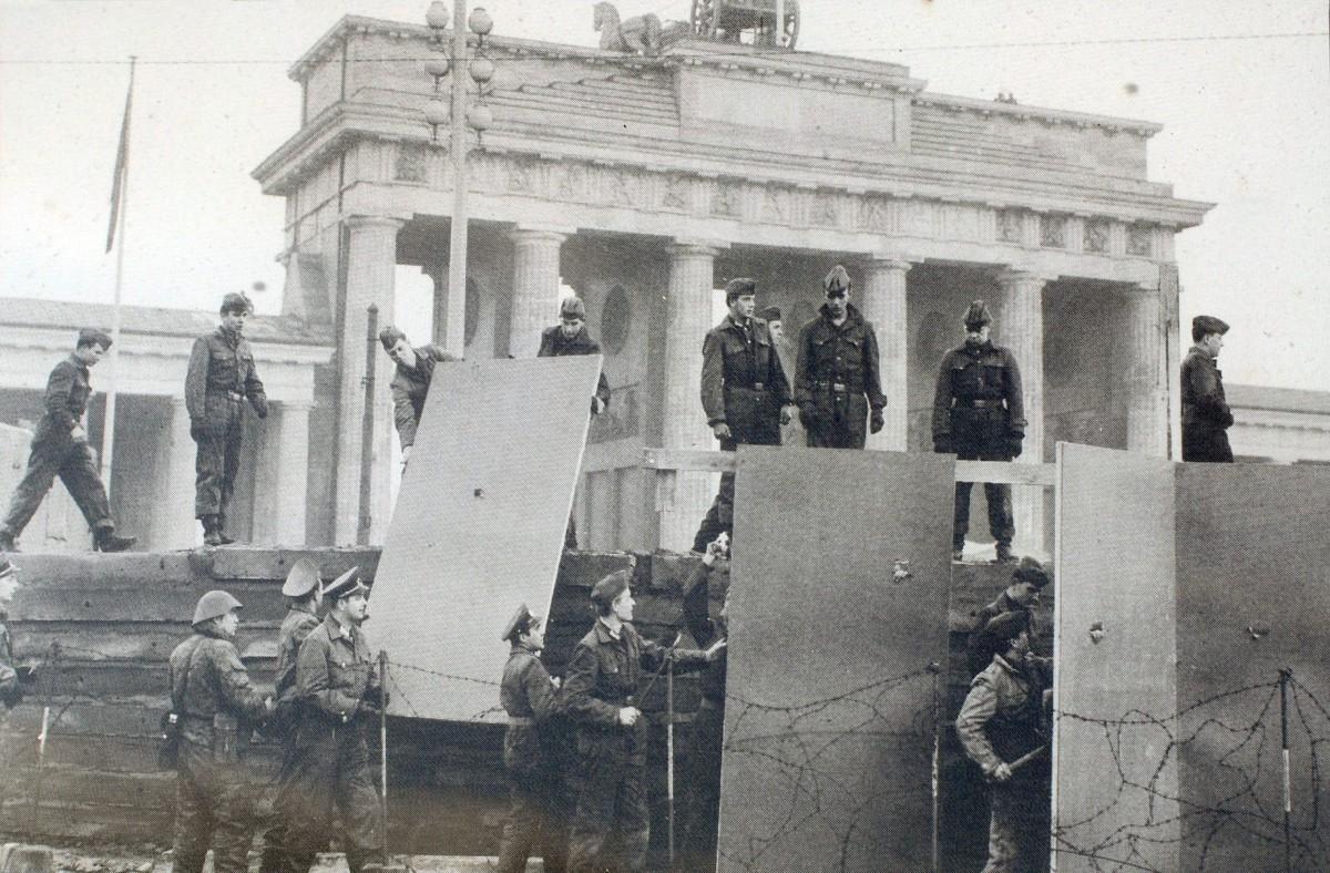 """Mur berliński stał w głowach Niemców. Omawiam książkę """"Zator uczuć"""""""